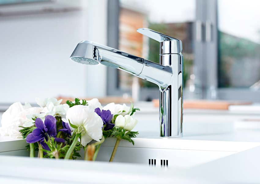 grohe europlus low spout sink mixer tap with pull out spray chrome. Black Bedroom Furniture Sets. Home Design Ideas